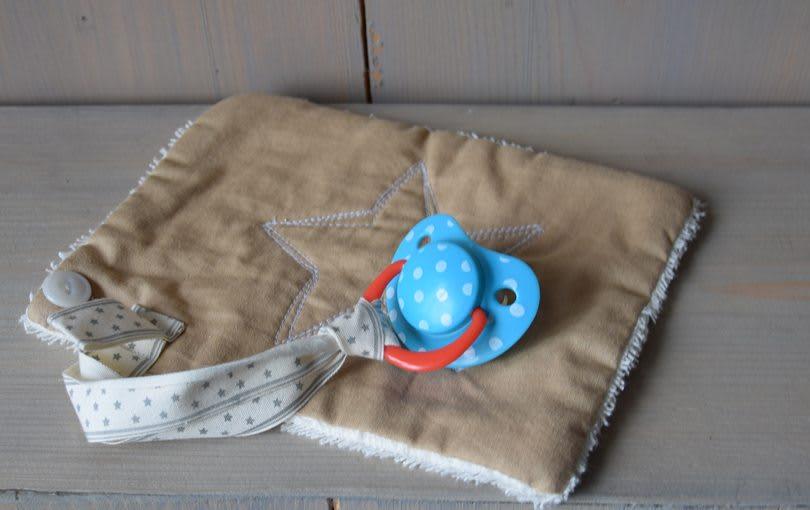 zand-sterlijn-badstof-zacht-beige-speenhanger-liznoah-01