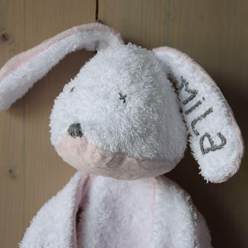 konijntje-knuffelen-zacht-roze-gepersonaliseerd-knuffel-liznoah-04