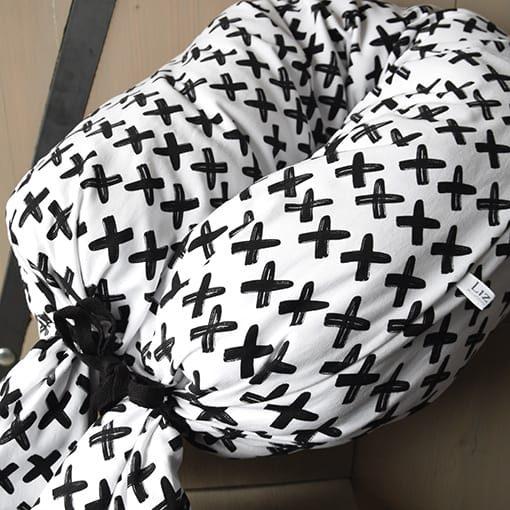 voedingskussen-zwart-wit-kruisjes-monochroom-www.liznoah.nl-04